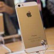 """""""WSJ"""": """"Apple"""" prašo tiekėjų padidinti auksinės spalvos """"iPhone 5S"""" gamybą"""