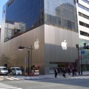 """""""iPhone 5S"""" ir """"iPhone 5C"""" gerbėjai Tokijuje neišsigando net įspėjimo dėl artėjančio uragano"""