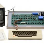 """Aukcione bus parduotas retas ir vis dar veikiantis kompiuteris """"Apple 1"""""""