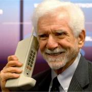 Mobiliojo telefono išradėjas M. Cooperis atskleidė, kiek svėrė jo sukurtas įrenginys
