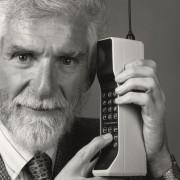 Mobiliojo telefono išradėjas Martin'as Cooper'is: netrukus telefonus implantuosime po oda