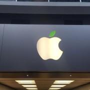 """""""Apple"""" mini Žemės dieną – parduotuvių logotipai pasipuošė žaliai"""