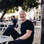 """Kiek verti pietūs su """"Apple"""" vadovu Timu Cooku?"""