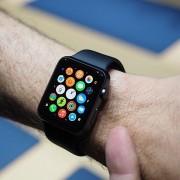 """""""Apple Watch"""" pardavimai nuo išleidimo krito 90 procentų"""