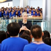 "Pietūs su ""Apple"" vadovu aukcione surinko 200 tūkst. JAV dol."