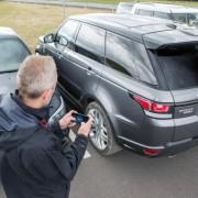 """Pamatykite, kaip """"Range Rover"""" visureigis valdomas su """"iPhone"""""""