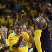 """""""NBA"""" žvaigždė LeBronas Jamesas komandos draugams padovanojo po """"Apple Watch"""""""