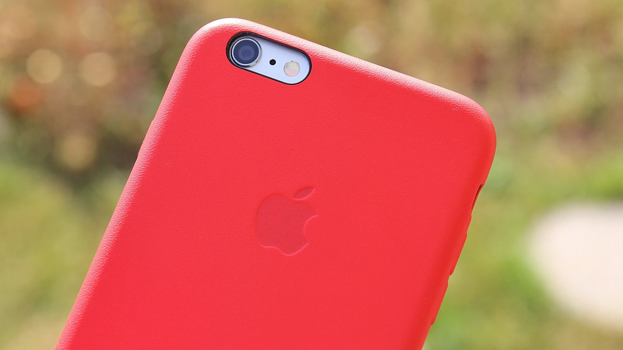"""""""Apple"""" pradeda prekybą raudonos spalvos odiniu dėklu, skirtu """"iPhone 6s"""" ir """"iPhone 6s Plus"""""""