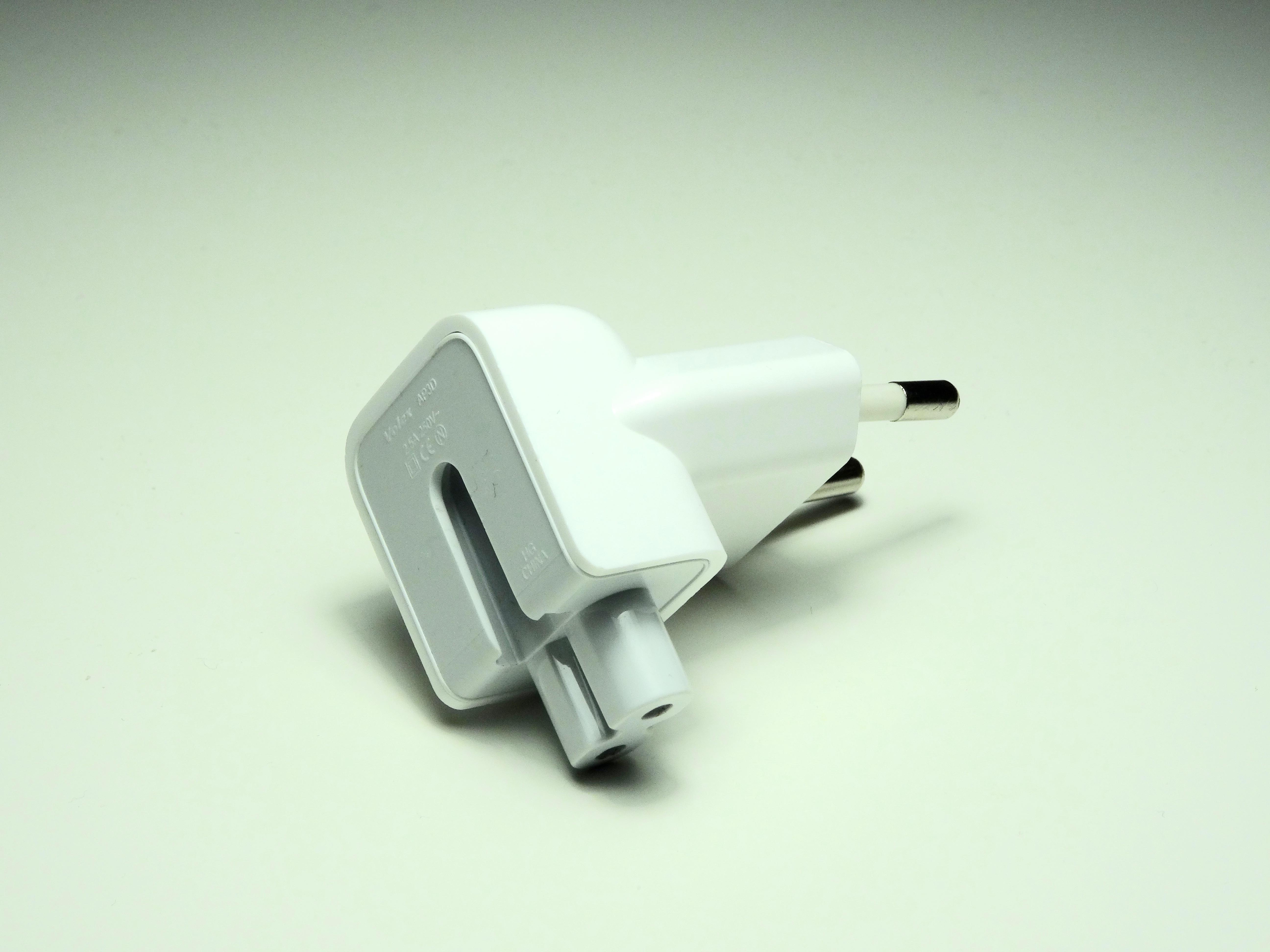 """""""Apple"""" atšaukia dalį sieninių įkroviklių kištukų"""