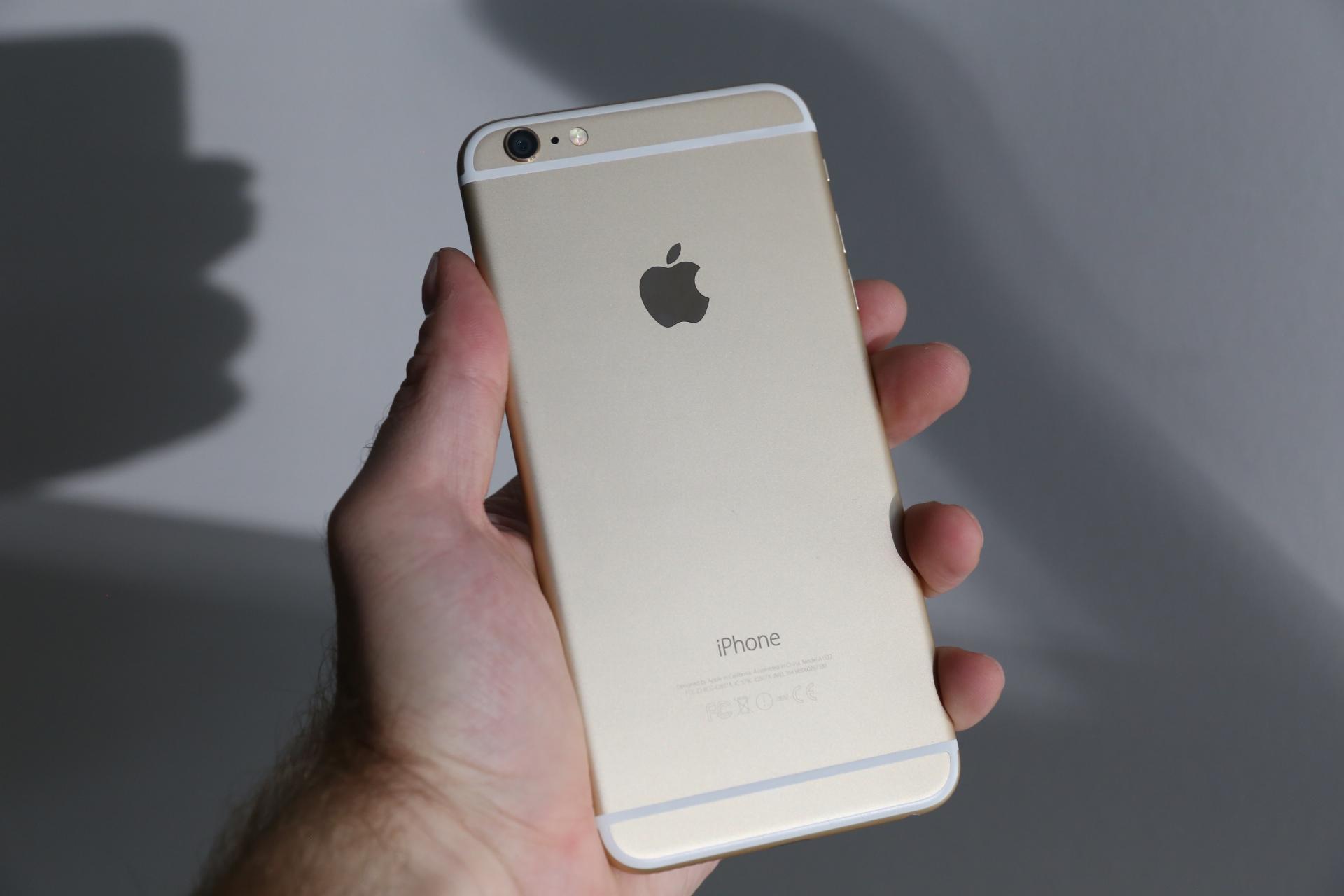"""""""Apple"""" tikisi sumažėsiančių telefonų """"iPhone"""" pardavimų ir pajamų"""