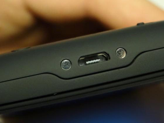 """Dėklas-baterija įkraunamas per standartinę """"micro-USB"""" jungtį. / iTouch.lt nuotr."""