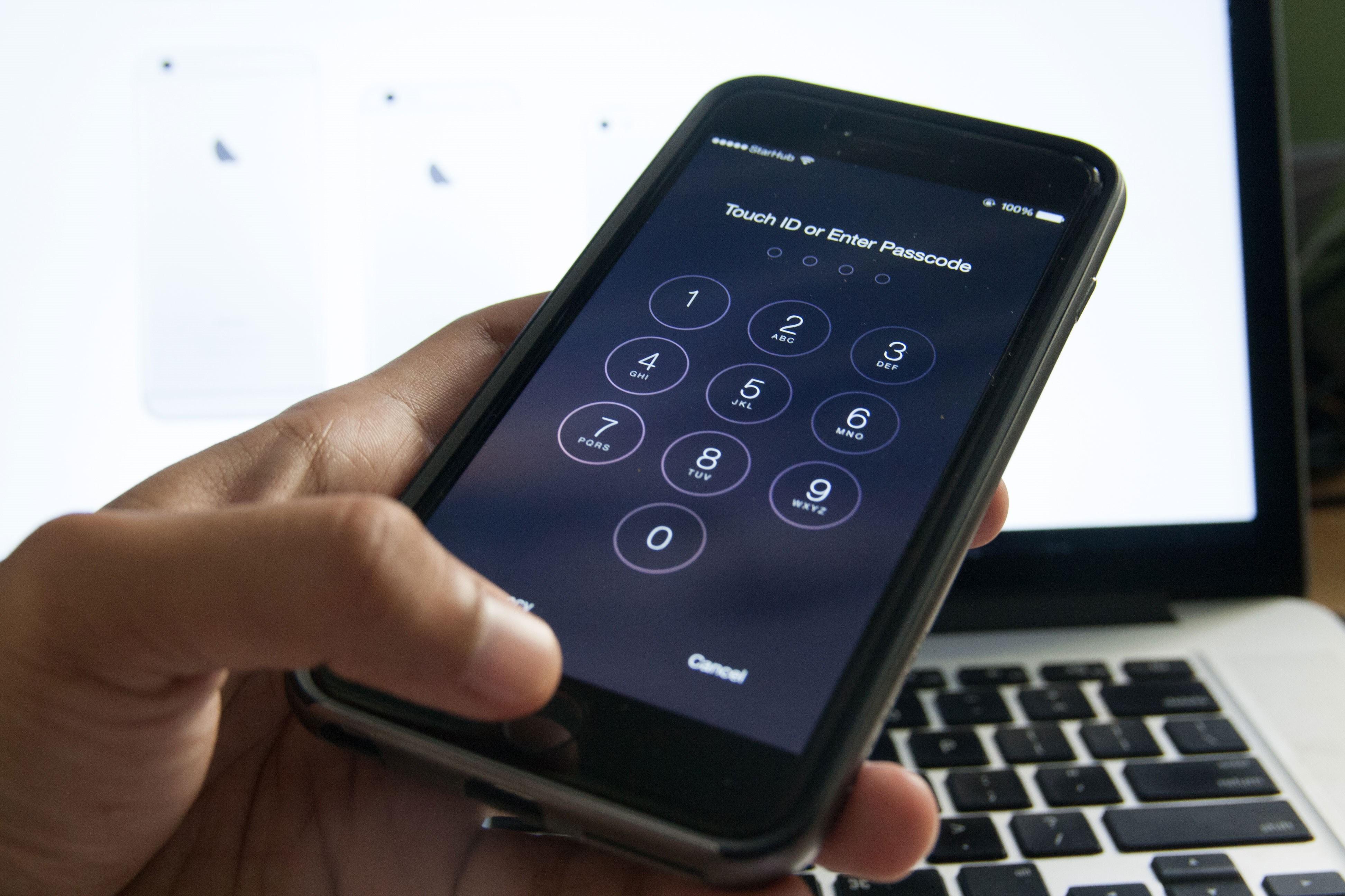 """Norvegijos policija privers sulaikytą nusikaltėlį atrakinti """"iPhone"""" su """"Touch ID"""" antspaudu"""