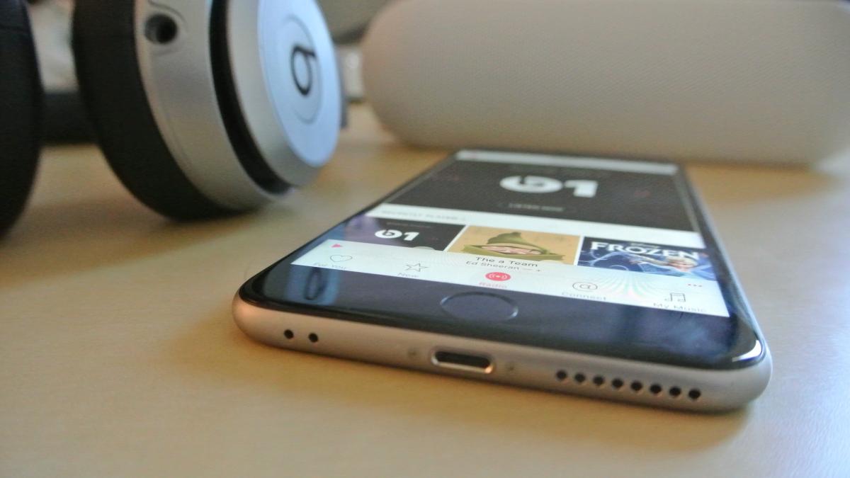 """""""Apple"""" iš tiesų gali atsisakyti ausinių jungties telefone """"iPhone 7"""""""