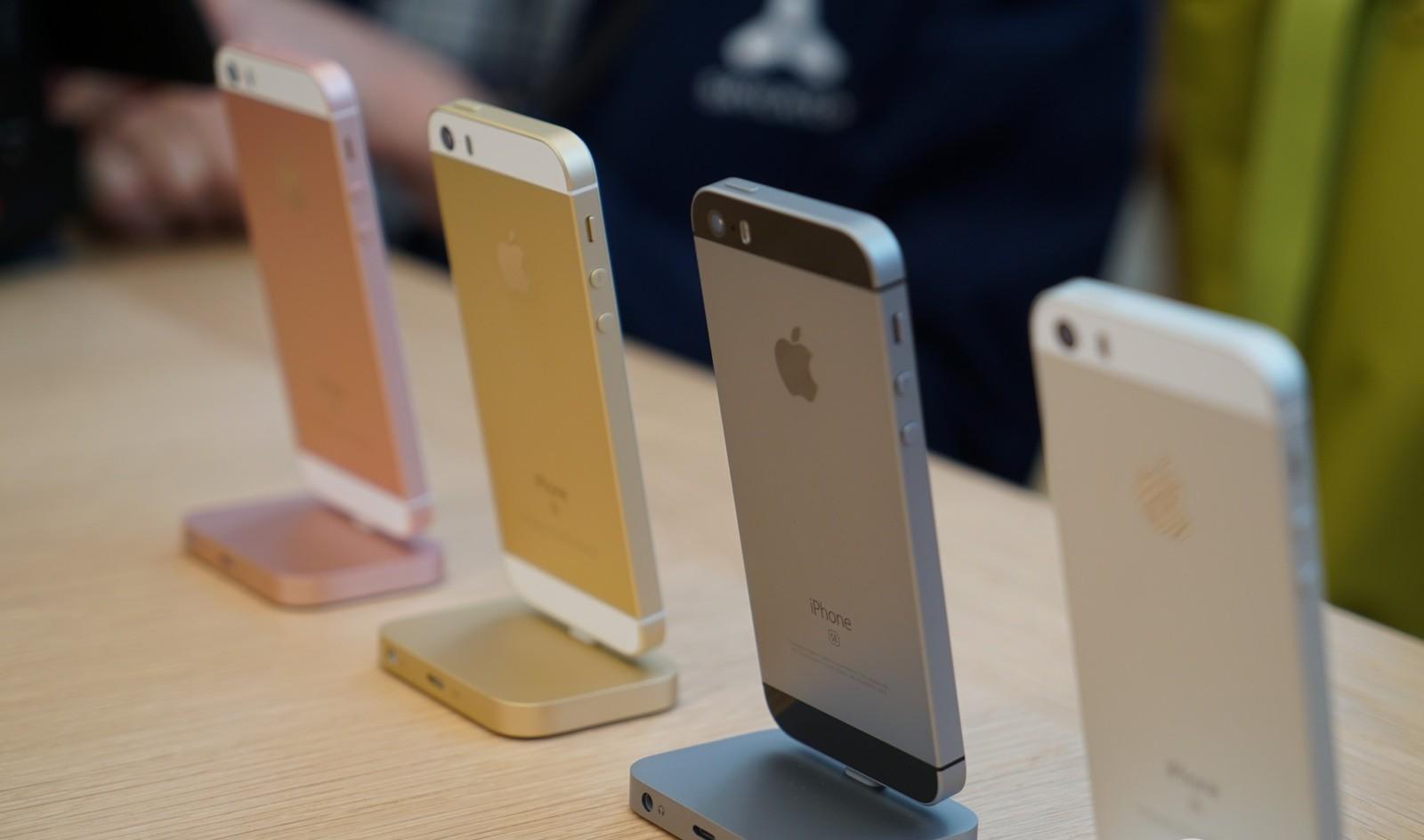 """""""iPhone SE"""" pasižymi ilgiau veikiančia baterija už """"iPhone 6s"""" ir """"Samsung Galaxy S7"""""""