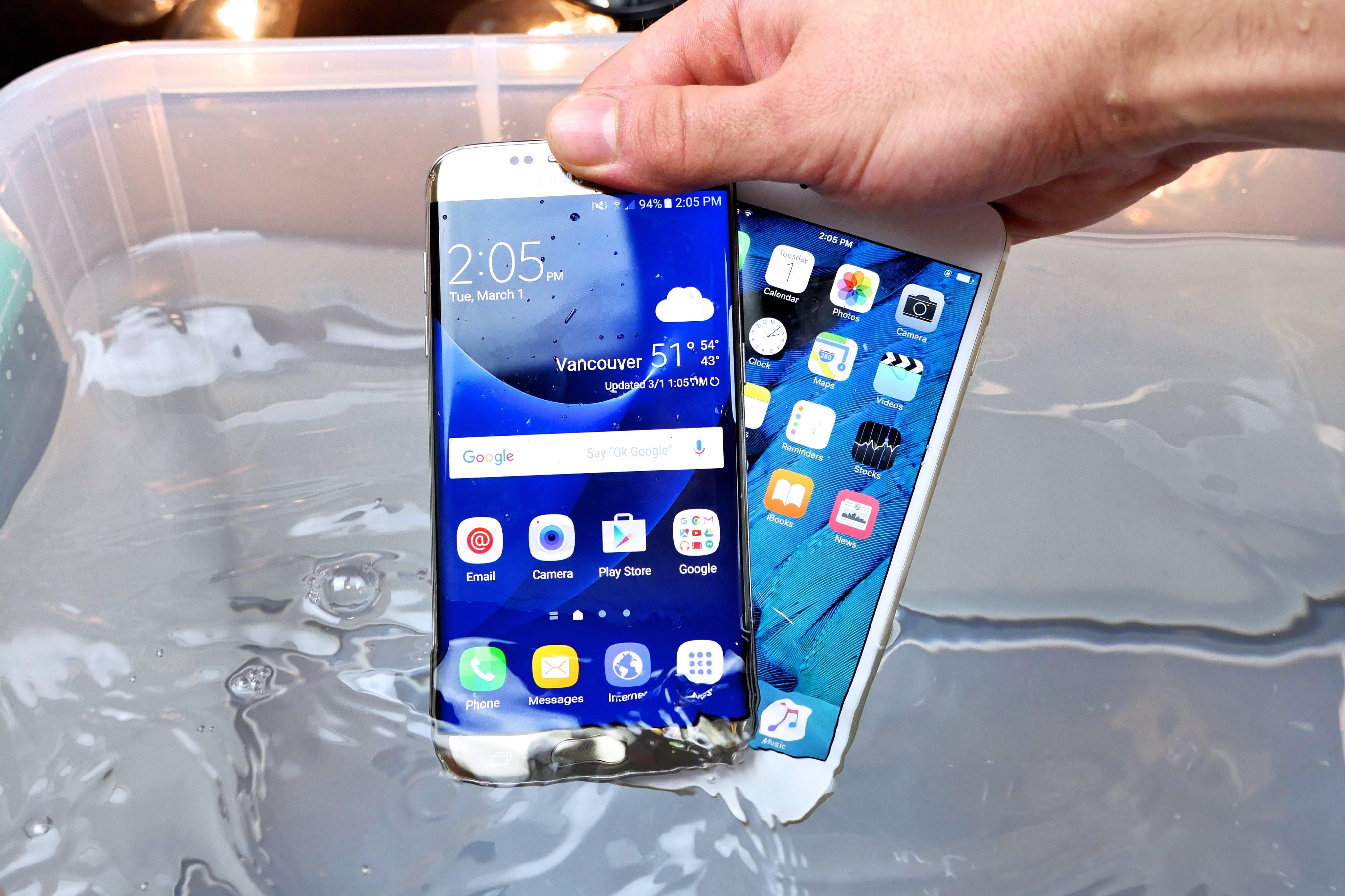 """Patvarumo ir vandens testai: """"Samsung Galaxy S7 Edge"""" prieš """"iPhone 6s Plus"""""""